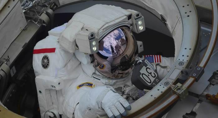 国际空间站美国宇航员黑格和摩根进入开放太空