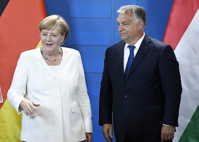 默克尔(左)和欧尔班(右)共同出席纪念活动。