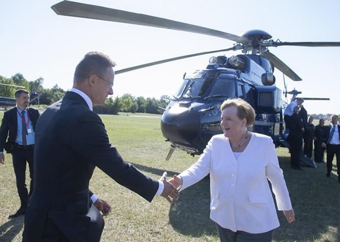 默克尔(右)飞抵当地。