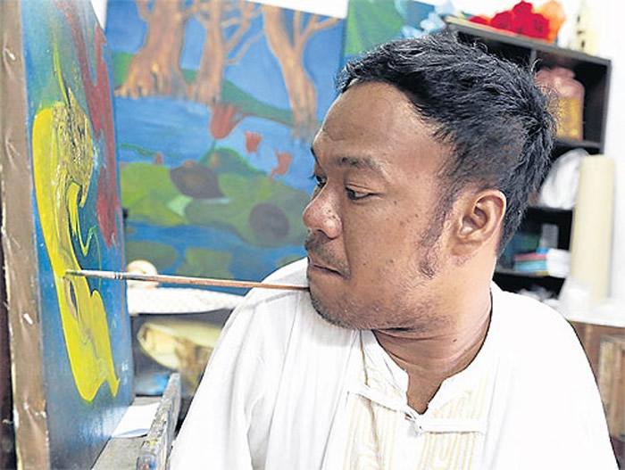 亿甲猜平日以口咬画笔绘画。