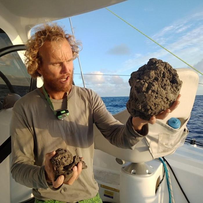 有海员取得浮岛上石块。