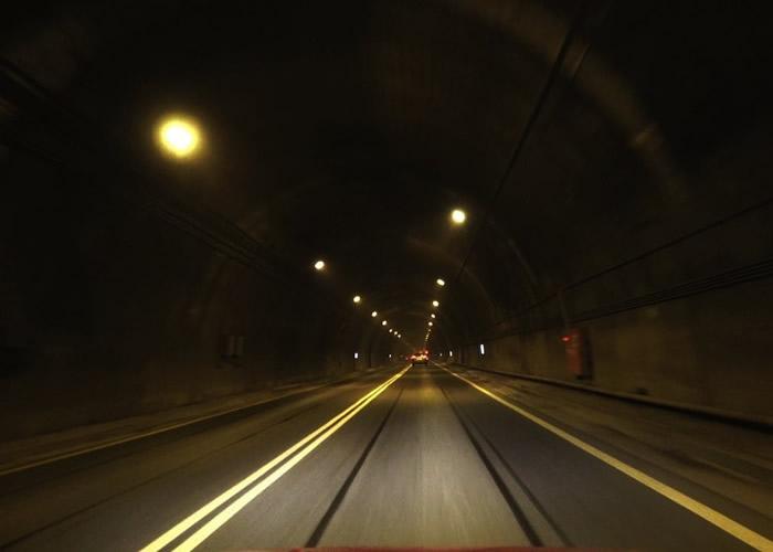 台湾苏花隧道内见人影招手 男子收慢车速逃过一劫