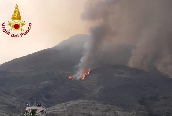 """""""蕈状云""""曝光:意大利斯特龙博利火山再次喷发"""