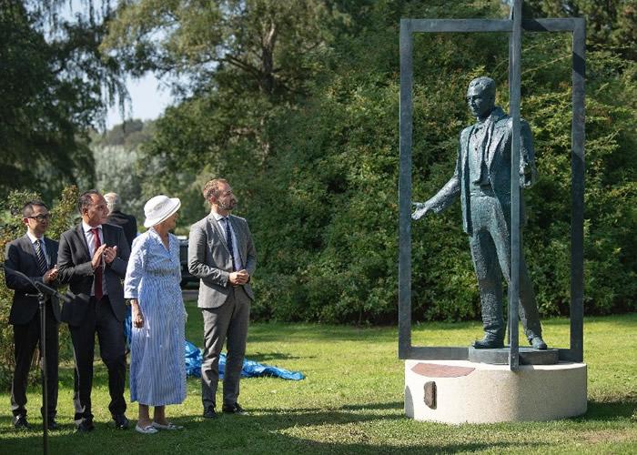 """南京大屠杀保护难民 """"丹麦英雄""""辛德贝格(Bernhard Arp Sindberg)铜像揭幕"""