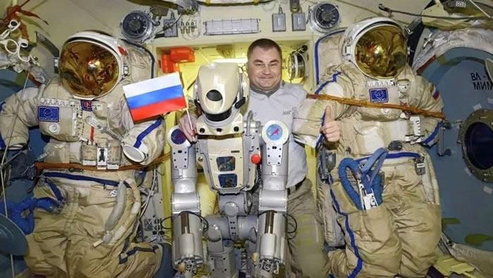 """国际空间站俄罗斯宇航员向机器人""""费奥多尔""""提出30多个问题"""
