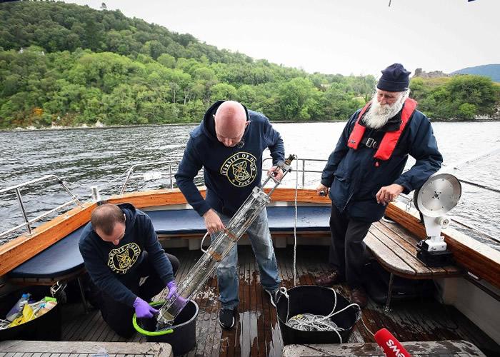 科学家在尼斯湖收集水样本,分析当中的环境DNA。