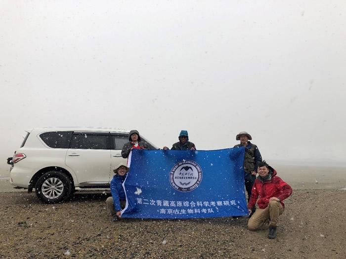 科考队员在西藏措勤县考察二叠纪地层