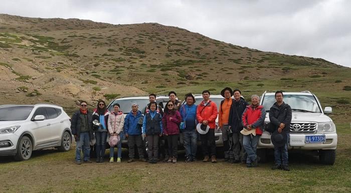 科考队员在西藏泽当地区考察中生代地层
