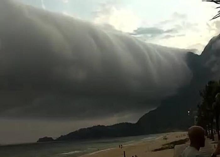 水平式龙卷风?巴西里约热内卢的圣康拉多海滩出现绵延上千公里的卷轴云 民众慌忙逃生