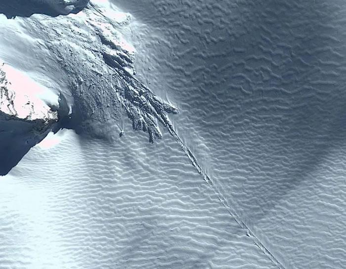 Google地球在南极洲发现UFO跑道?网友称是不明飞行物坠机现场