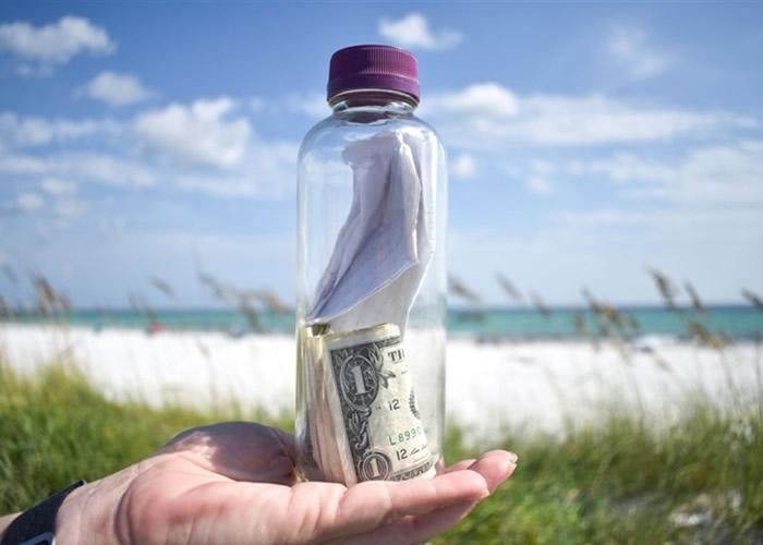 盛骨灰漂流瓶冲上美国佛州沙滩 好心人送出海助圆渡洋梦
