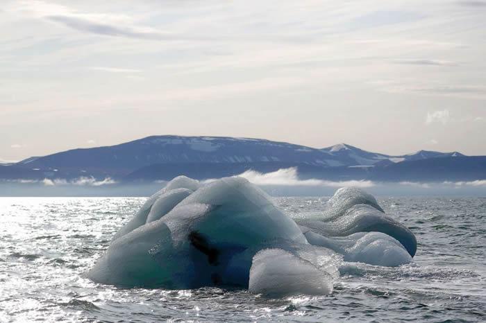 北极冰川持续融化 挪威北部斯瓦尔巴群岛多了个新岛屿