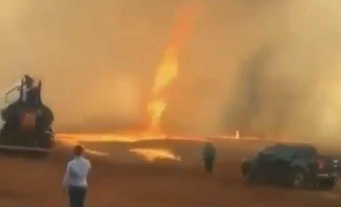 巴西圣埃伦娜德戈阿斯惊现火龙卷 火红色漩涡窜天际