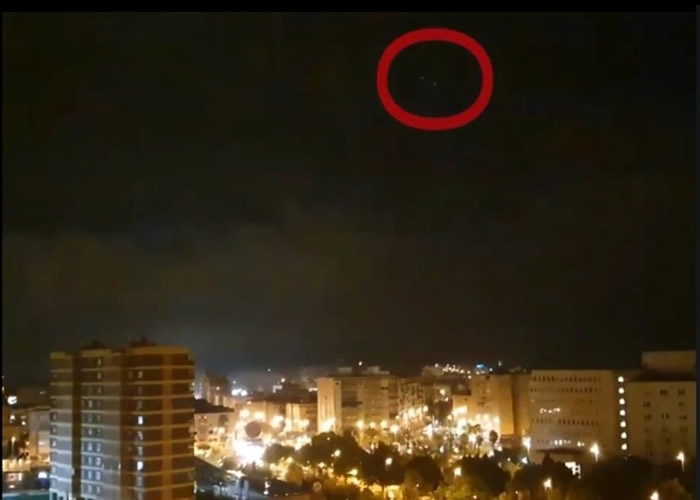 西班牙亚利坎提暴风雨夜晚云层闪现银色圆盘UFO不明飞行物 NASA立刻介入调查
