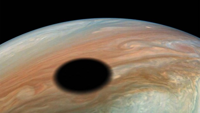 NASA朱诺号探测器拍摄到木卫一在木星上投下阴影的景象