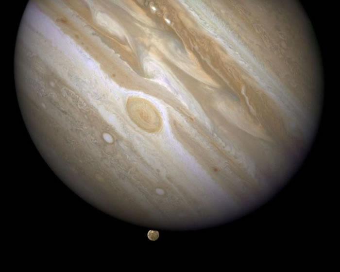 木星正在吞噬其最大的卫星木卫三。与太阳系中所有其他行星不同的是,木星具有如此巨大的引力,以至于经过它附近的小行星和彗星都很可能被它的引力势阱所吸引,并与我们太阳