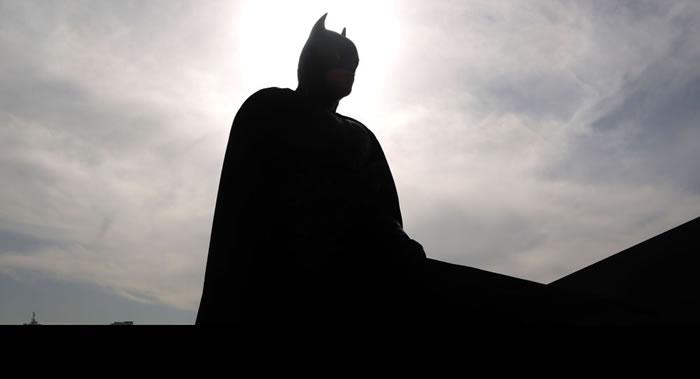 美国DC漫画:为纪念超级英雄80周年世界13个城市的楼表被涂上蝙蝠侠标志