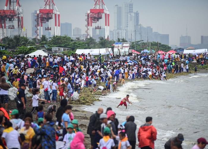 菲律宾马尼拉湾挤满参与清理垃圾活动的民众。