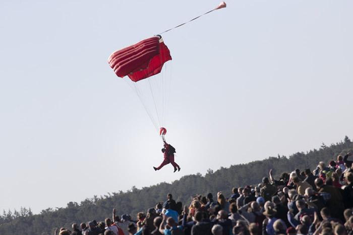 二次大战75周年活动在荷兰举行 90多岁老兵跳伞