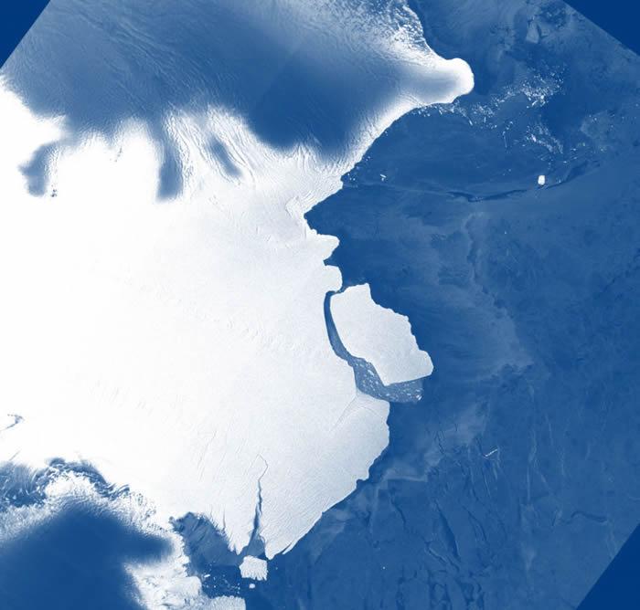 """南极洲埃默里冰架滑落一座重达3150亿吨的冰山""""D28"""""""