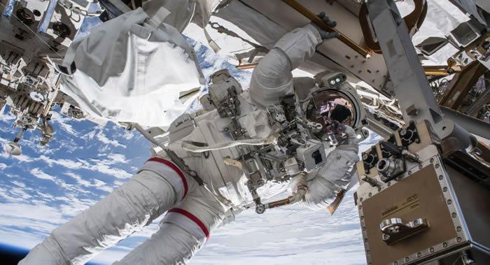 NASA现场直播:国际空间站美国宇航员进行太空行走