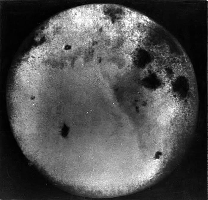 """苏联""""月神3号""""探测器60年前拍摄的月球背面照片"""
