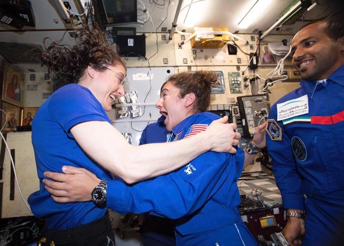 迈尔(中)抵达太空站后,与科克(左)拥抱。