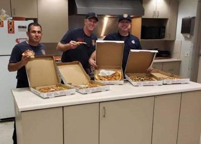 圣安东尼奥的消防员收到薄饼。