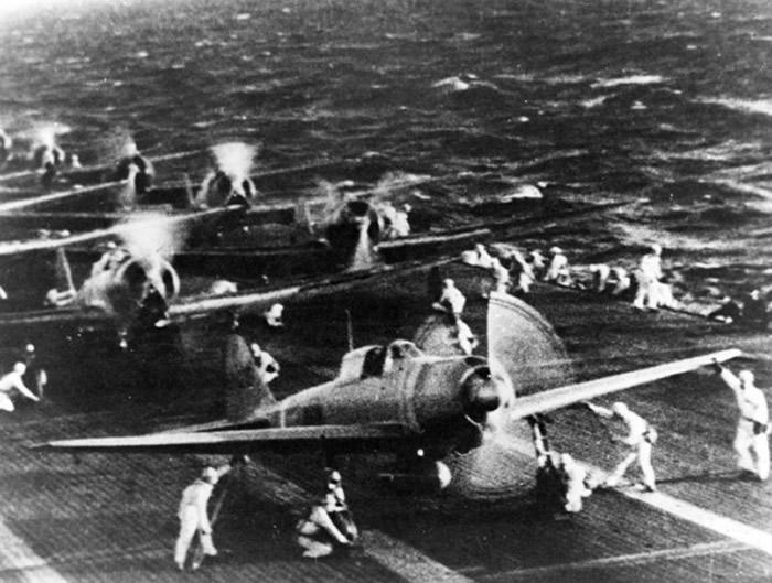 日军零式战机性能比美军战机好,中途岛战役一度是日军占上风。