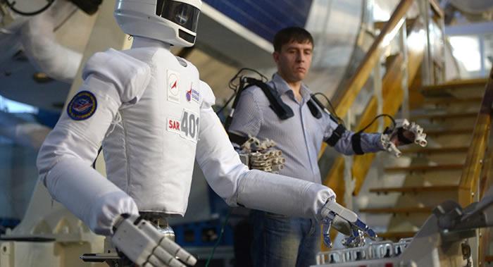 俄罗斯宇航员阿列克谢∙奥夫奇宁:有必要继续在太空使用机器人