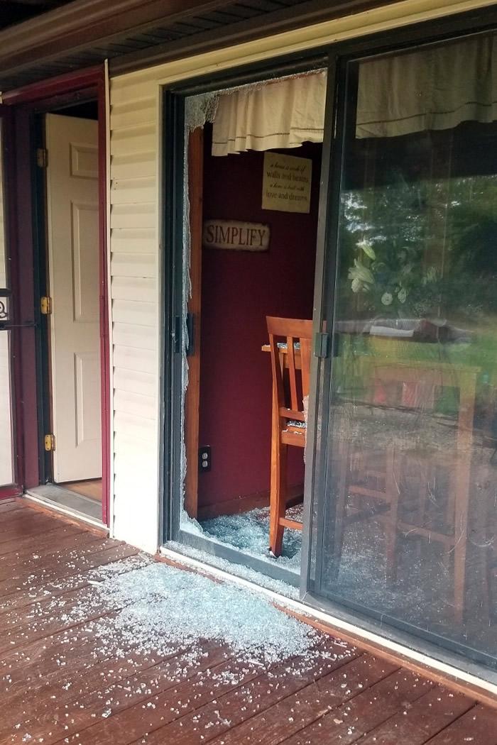 滑动玻璃门被打破。