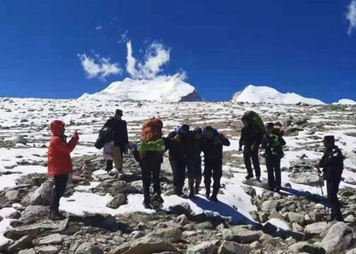 民警轮流将被困游客背下山。