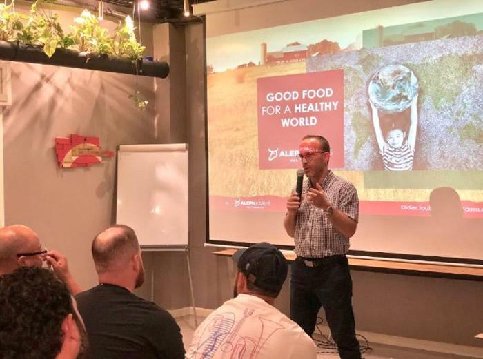 图比亚在讲座上推广人造肉概念。