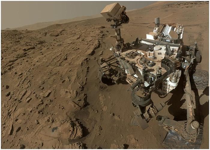"""""""好奇号""""在盖尔陨石坑中心发现含有硫酸盐的沉积物。"""