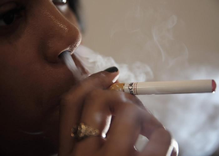 美国至今已有近1300人疑因吸食电子烟导致严重肺病 至少26人死亡
