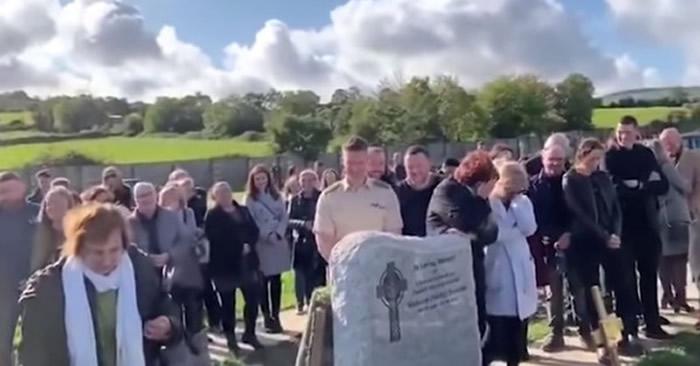 爱尔兰退役军人葬礼 棺木传来逝者的声音:让我出去