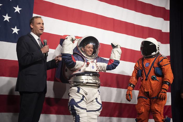 NASA公布最新款宇航服xEMU 宇航员不需要再兔子跳