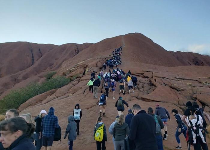 澳洲北领地乌鲁鲁巨岩禁爬令下周生效 游客蜂拥而至