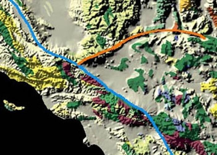 圣安德里斯大断层(蓝色线)及加洛克断层(橙色线)相邻。