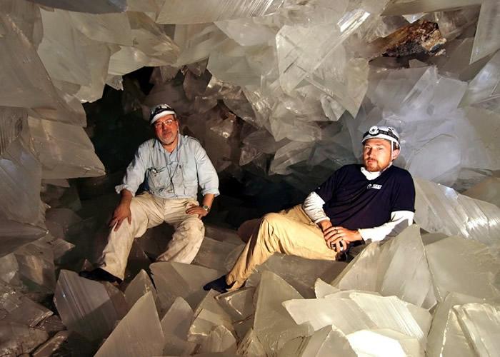 加西亚-鲁伊斯(左)领导团队研究普尔皮巨型晶洞。