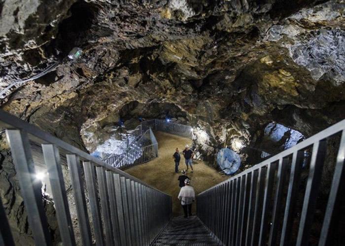 普尔皮晶洞位于废弃银矿场下。