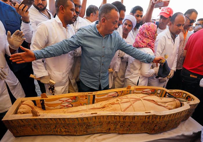 埃及考古团队在卢克索帝王谷发现30具木乃伊 棺木细致雕刻咒语色彩鲜艳