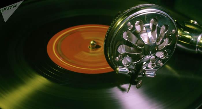 加拿大网红罗宾·哈珀在Prodigal福音摇滚乐队黑胶唱片上发现密码信并成功破解