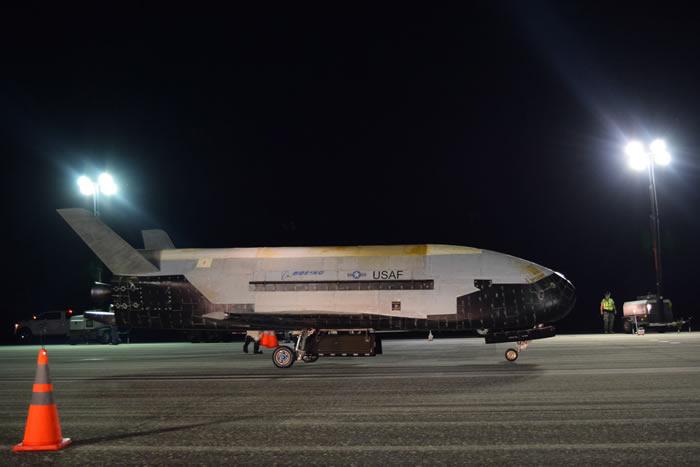 美国空天飞机X-37B秘密轨道试验飞行器破纪录在太空飞行780天后返回地球