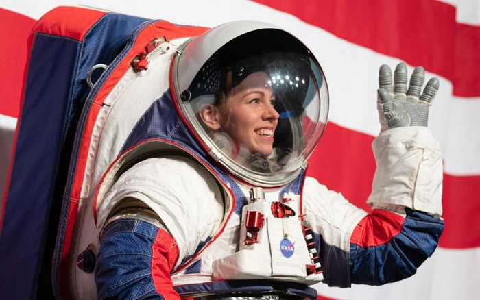 NASA强森航天中心(Johnson Space Center)的宇宙飞行服工程师克里斯廷. 戴维斯(Kristine Davis)正展示用于阿提米丝任务的新型