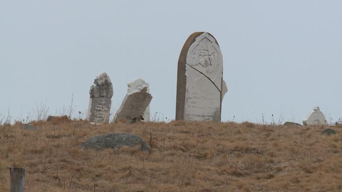 加拿大男子在纽芬兰公墓挖埋葬超过100多年的尸体 现场把骨头熬汤爽喝狂啃