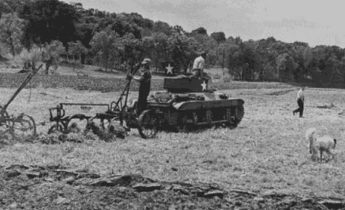 美军M4雪曼坦克在二战后10元卖给农民犁田