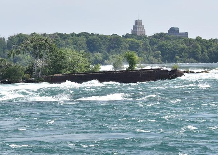 加拿大一艘1918年在尼亚加拉河底沉没的铁船移动逼近尼亚加拉大瀑布