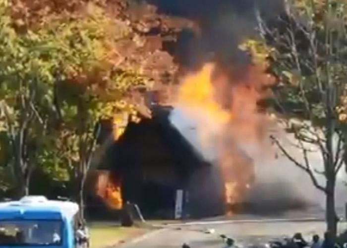 日本另一个世界遗产——岐阜县的白川乡合掌村附近木屋起火冒烟
