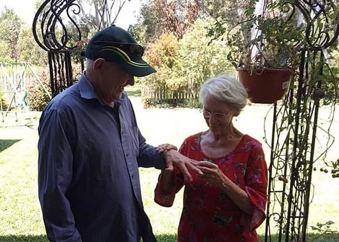 澳洲布里斯班老翁丢失婚戒抱憾40多年 全靠寻宝专家后院挖出